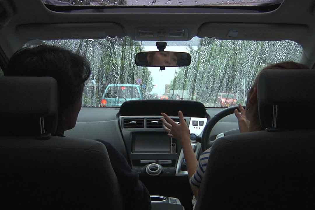 雨の車内で