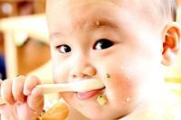 みそ食べる幼児